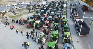 Vista aérea de los numerosos tractores que salieron de Baena para participar en el corte de la autovía en Lucena el 14 de febrero de 2020. Foto: Francisco Cassani.