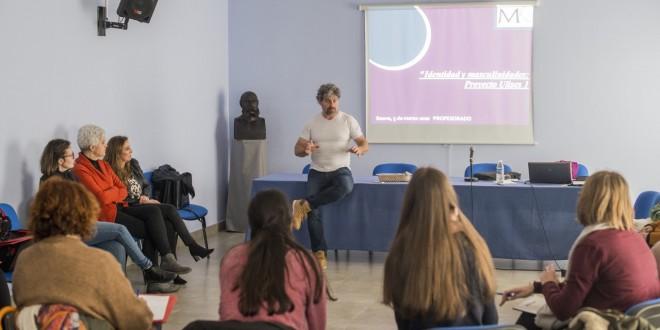 El sociólogo Erik Pescador durante la jornada formativa para profesores impartida ayer en la Casa de la Cultura.