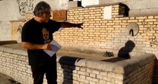 Francisco Javier Sánchez, promotor de la campaña para la recuperación de las fuentes de Baena, muestra el estado de la fuente de la Aduana. Foto: TV Baena.