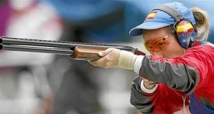 La tiradora baenense, Fátima Gálvez, concentrada justo antes de un disparo. Foto de archivo.