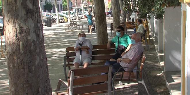 Un grupo de personas en una calle de Baena. Foto de archivo: TV Baena.