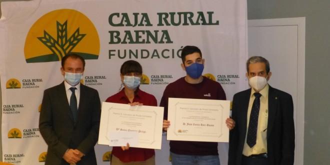 En el centro, Sonia Quintero y Juan Zurita, los estudiantes premiados el año pasado en los III Premios 'Salvador de Prado Santaella' a la Excelencia Académica. Foto archivo: TV Baena.
