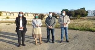 Cristina Piernagorda, Cristina Casanueva, Juan Ramón Pérez y Javier Vacas, esta mañana, en el solar del antiguo instituto. Foto: TV Baena