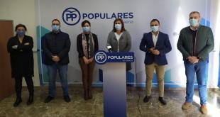 La alcaldesa de Baena, Cristina Piernagorda, junto a Mª Luisa Ceballos, Félix Romero y los ediles del Grupo Municipal del PP. Foto: TV Baena.
