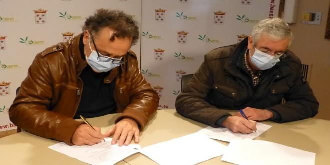 Momento de la firma del convenio entre el Ayuntamiento de Baena y Uneba. Foto: TV Baena.