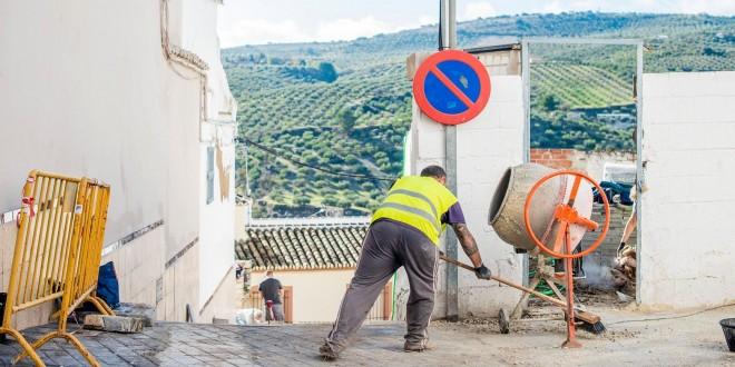 Un trabajador en la obra del PFEA que se está realizando en la calle Coro. Foto: Ayuntamiento de Baena.