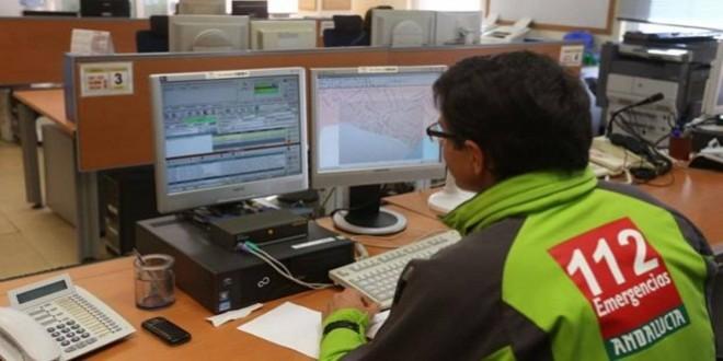 Imagen de archivo de un operario del Servicio de Emergencias 112 atendiendo una llamada. Foto: Junta de Andalucía.