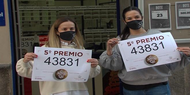 Las hermanas Gómez Morales muestran el quinto premio de la Lotería de Navidad vendido en su administración. Foto: TV Baena.