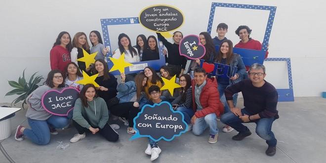 Imagen de archivo de un grupo de jóvenes en una actividad del Enlace Europe Direct de Adegua.