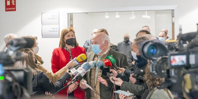 El consejero de Salud, Jesús Aguirre, atendiendo a los medios esta mañana en la inauguración de las  reformas en el Área de Urgencias del centro de salud. Foto: TV Baena.