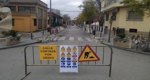 La calle Salvador Muñoz cortada al tráfico por las obras que se iniciaron ayer. Foto: TV Baena.