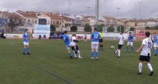 Una jugada del partido disputado en el 'Juan Carlos I' entre el Atlético Baenense y el Villafranca. Foto: TV Baena.