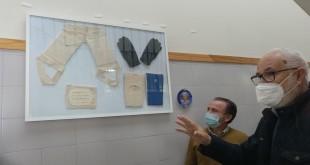 Manuel Ortiz muestra el cuadro de equipaciones  donados al Museo Escolar del Deporte 'Alberto Rosales Muñoz' del IES Luis Carrillo de Sotomayor. Foto: TV Baena.