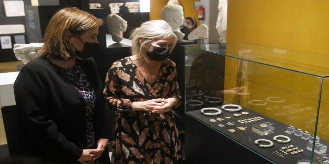 La alcaldesa de Baena, Cristina Piernagorda, y la consejera de Cultura y Patrimonio Histórico, Patricia del Pozo, observando algunas piezas del 'Tesorillo de Baena'. Foto: Juan Ayala.