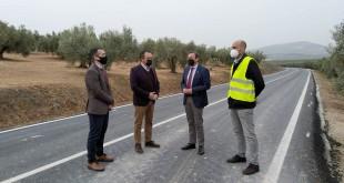 Francisco Palomares, esta mañana, junto al alcalde pedáneo de Albendín, José Antonio García, y técnicos de la Diputación de Córdoba.