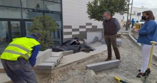 Visita de la alcaldesa a las obras para la mejora del acceso en la Biblioteca Municipal. Foto: TV baena.