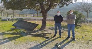 Los concejales, José Gómez y Juan José Castro, junto al mobiliario destrozado en la Vía Verde. Foto: TV Baena.