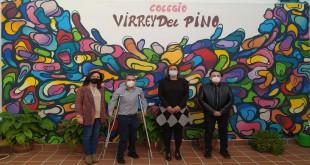 De izquierda a derecha: Isabel Molina, Miguel Ángel Martínez, Cristina Piernagorda y el artista 'Puñal', esta mañana, en el CEIP 'Virrey del Pino'. Foto: TV Baena.