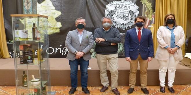 El senador del PP por Córdoba, Fernando Priego, esta mnañana, en la sede de la DOP Baena. Foto: TV Baena.