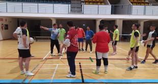 José Antonio Chacón, dando instrucciones a sus jugadores en el entrenamiento de ayer en el pabellón 'Juan Carlos I'. Foto: TV Baena.