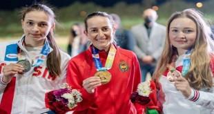 En el centro, Fátima Gálvez  con su medalla de Oro conquistada ayer en la Copa del Mundo de El Cairo. Foto: Facebook Fátima Gálvez.