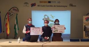 Entrega de los dos cheques solidarios a la Junta Local de la AECC. Foto: TV Baena.