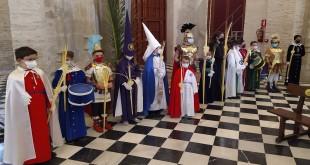 Una representación infantil de algunas Hermandades de la Semana Santa de Baena en la Eucaristía del Domingo de Ramos. Foto: TV Baena.