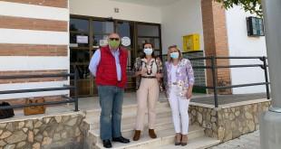 Los diputados autonómicos de VOX a las puertas del consultorio médico de Albendín. Foto: VOX Córdoba.
