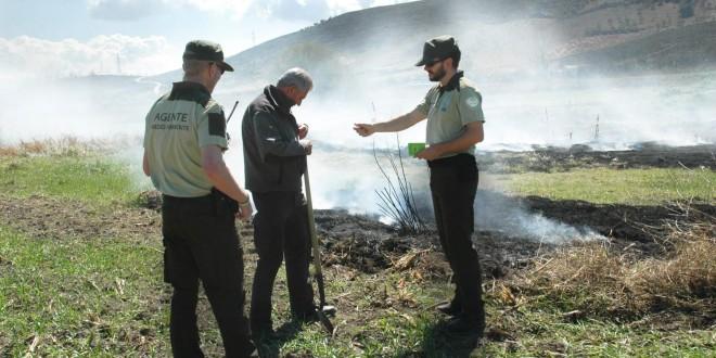 Agentes de Medio Ambiente controlando una quema de restos agrícolas. Foto: Junta de Andalucía.