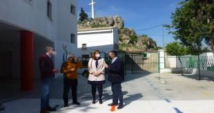 Cristina Piernagorda, José Antonio García, Vicente Mejías y Javier Vacas, esta mañana, en el colegio Santa María de Albendín para visitar estas obras. Foto: TV Baena.