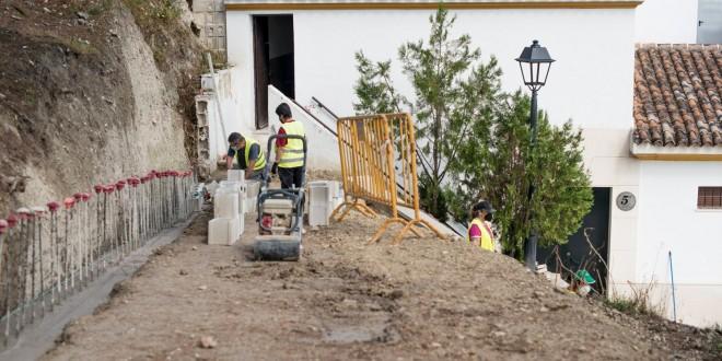Obras del PFEA para la conexión de la calle Cuadrilleros hermanos Aguilera y el Mirador del Hospital. Foto: Ayuntamiento de Baena.