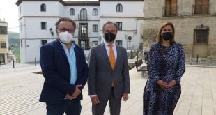 En el centro, Ángel Pimentel, acompañado por la alcaldesa, Cristina Piernagorda y el primer teniente de alcalde, Ramón Martín, durante su visita esta mañana a Baena. Foto: TV Baena.