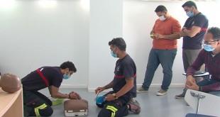 Imagen del curso para el uso del desfibrilador que han recibido los bomberos del parque de Baena. Foto: TV Baena.