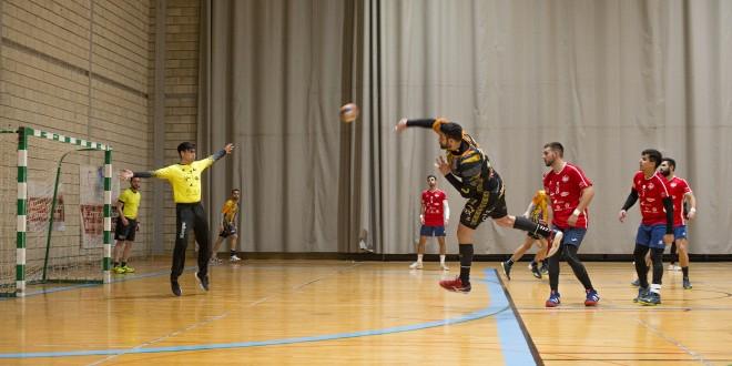 Un partido de balonmano en el pabellón 'Juan Carlos I'. Foto: TV Baena.
