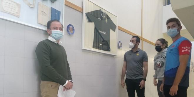 El árbitro de Asobal, Roberto Mendoza, frente a una de sus camisetas que ya luce en la Galería en Honor al Alumnado Deportista del IES Luis Carrillo de Sotomayor. Foto: TV Baena.