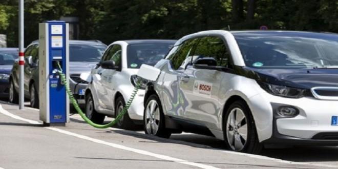 Un vehículo eléctrico en un punto de recarga.