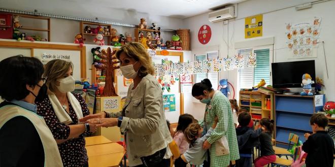 La delegada de Educación, Inmaculada Troncoso, en una visita a un centro escolar de la provincia. Foto: Junta de Andalucía.