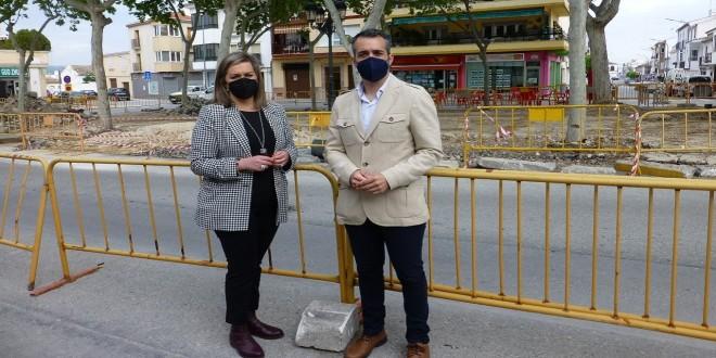 Mª Jesus Serrano y José Andrés García, esta mañana, en la plaza de Andalucía. Foto: TV Baena.