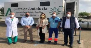 La delegada territorial de Salud, Mª Jesús Botella, junto a la Unidad Móvil para los cribados poblacionales de Covid. Foto: Junta de Andalucía.