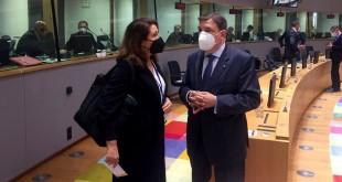 La consejera Carmen Crespo, junto al ministro Luis Planas, en el Consejo de Ministros de Agricultura de la UE. Foto: Junta de Andalucía.