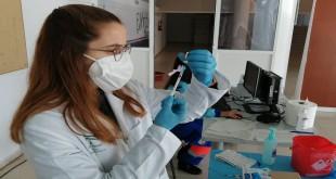 Una sanitaria del Centro de Salud de Baena preparando una dosis de la vacuna anti covid.