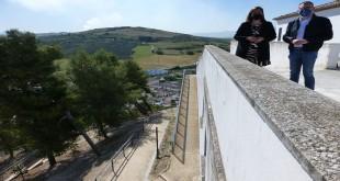 Imagen de la pasarela construida a través del PFEA que han visitado esta mañana la alcaldesa, Cristina Piernagorda y el 2º teniente de alcalde, Javier Vacas. Foto: TV Baena.