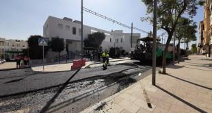 Trabajo de asfaltado en la calle Salvador Muñoz, en la tarde de ayer. Foto: TV Baena.