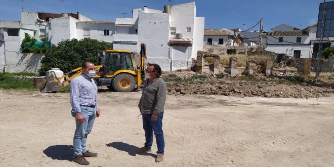 El concejal de Servicios, José Gómez, y el primer teniente de alcalde, Ramón Martín, en una visita a las obras del nuevo parking de 'La Cañada'. Foto: TV Baena