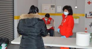 Atención a familias vulnerables por parte de voluntarios de Cruz Roja.