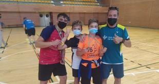 Los jugadores y el entrenador del Club Bádminton Baena mostrando sus medallas en la Copa de Andalucía. Foto: CB Baena.