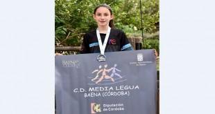 Cristina Ariza Carrasco con su medalla de plata en el Campeonato de Andalucía de Carreras por Montaña 2021. Foto: Picalcan.