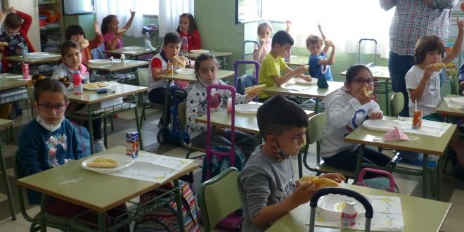 Alumnos de SAFA desayunando esta mañana pan con aceite de oliva virgen extra de la DOP Baena. Foto: TV Baena.