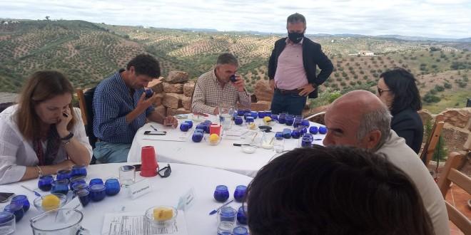 El delegado de Agricultura de la Diputación de Córdoba, Francisco Ángel Sánchez, observando las catas del jurado de 'Ecotrama' 2021. Foto: Diputación de Córdoba.