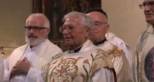 En el centro, el sacerdote D. Juan Huertas, en una imagen de archivo de la Misa de Acción de Gracias  oficiada el día de su jubilación. Foto: TV Baena.